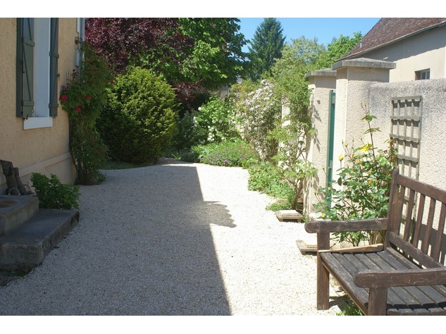 Beautiful renovated house with lovely garden, parking and land 4849