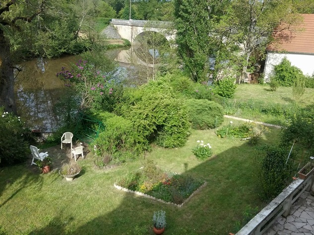 Big village house with barn, situated on the banks of a river 6575