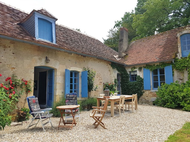 Wonderful farmhouse with beautiful wine cellars and a lovely garden with mature trees 12226