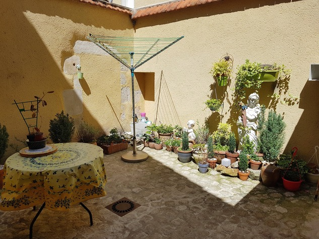 Very nice house in pristine condition with lovely courtyard 12107