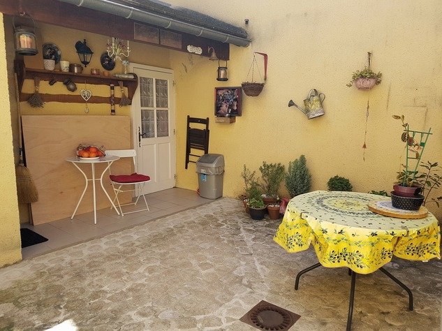 Very nice house in pristine condition with lovely courtyard 12106