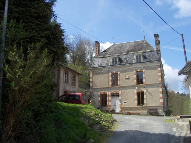 6 Bed Maison Bourgeois, 3 Further Houses on 2.5Ha with Riverside Fishing 2125