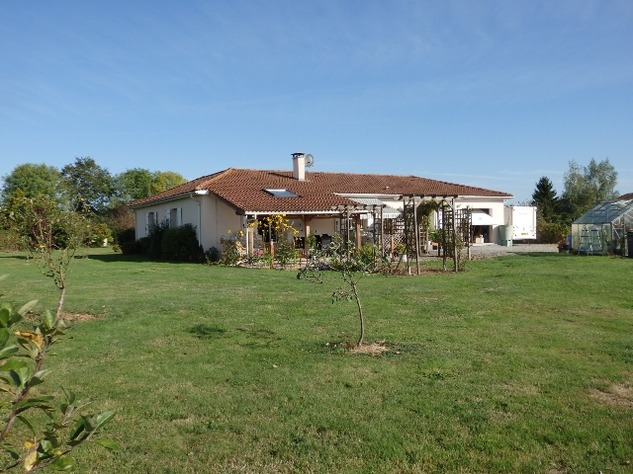 An Immaculate Bungalow in a Popular Village near Le Dorat - B & B Potential 8071