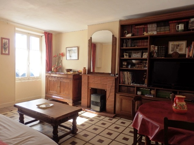 Exceptionally Well Maintained 4 Bedroom House in a Very Pretty Little Village 9350