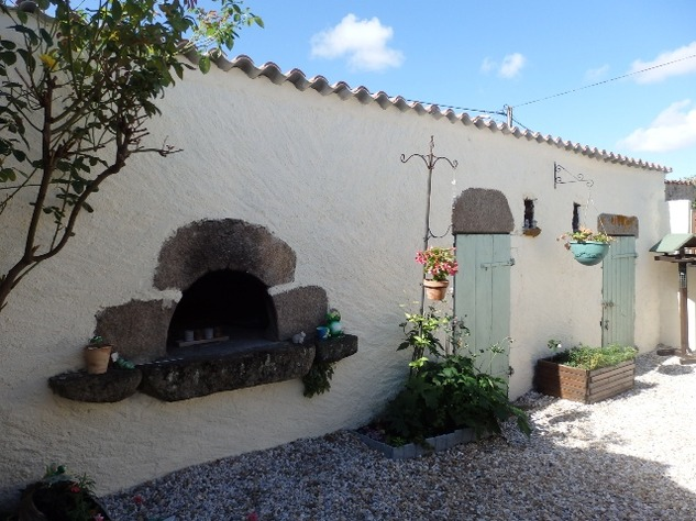 Simply Stunning 3 Bedroom Cottage with Bread Oven, Outbuildings, Garden & Garage 10403