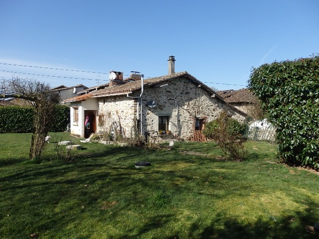 Charming, 2 Bedroom Charente Cottage with Attached Garden and Outbuildings 11436