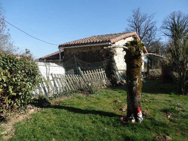 Charming, 2 Bedroom Charente Cottage with Attached Garden and Outbuildings 11460